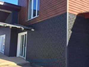 Пример оформления цоколя и стен сайдингом. Стены ель сибирская, цоколь кирпич графитовый